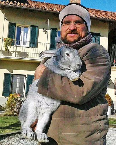 Sandro Gallina con uno dei suoi animali.